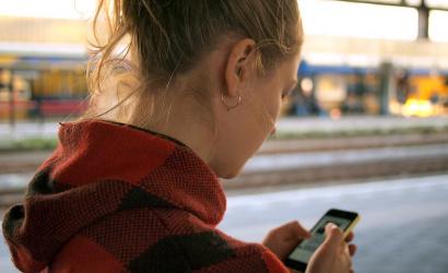 Figyelmeztetni fog a mobilod, ha séta közben nyomkodod