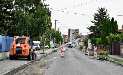 Karcsai út: az időjárás függvényében várhatóan még két hétig tart a rekonstrukció