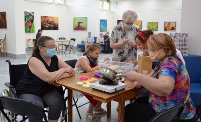 Bennünk rejlő művészet – arteterápiát szerveztek a nyugdíjasoknak