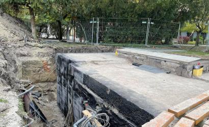 Javítják a Csaplár Benedek Művelődési Központ előtti szökőkút gépházát