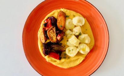 Sült zöldségek puha krumplinudlival, selymes sütőtökmártásban
