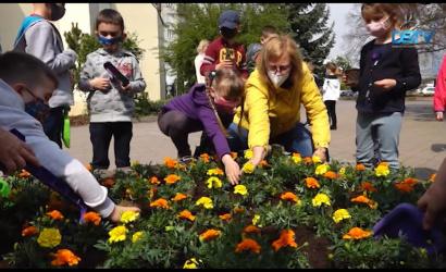 Embedded thumbnail for Fákat és virágokat ültettek a Föld napján
