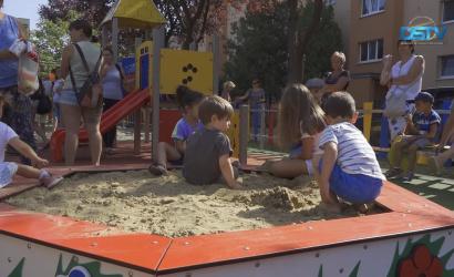 Embedded thumbnail for A gyerekek már használják az áruházlánc versenyében elnyert játszóteret