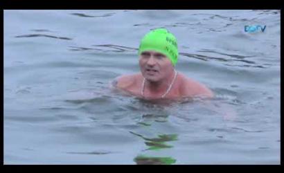 Embedded thumbnail for Ötfokos vízben mártóztak meg a téli úszás résztvevői