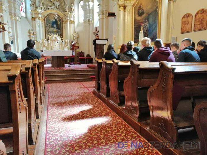 Rendhagyó húsvét előtti lelki program szakközépiskolásoknak