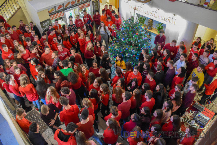 Piros pulcsis nappal zárult a karácsonyi vásár hete a Vámbéry Gimnáziumban
