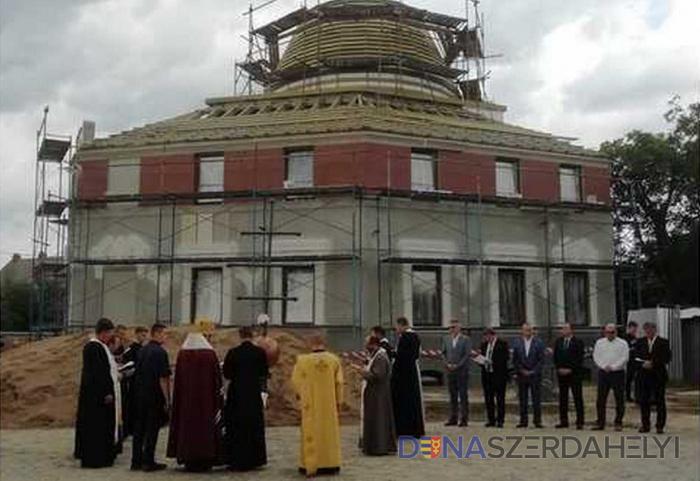 Megszentelték és helyére emelték a beregszászi görögkatolikus szakkollégium épületének keresztjét