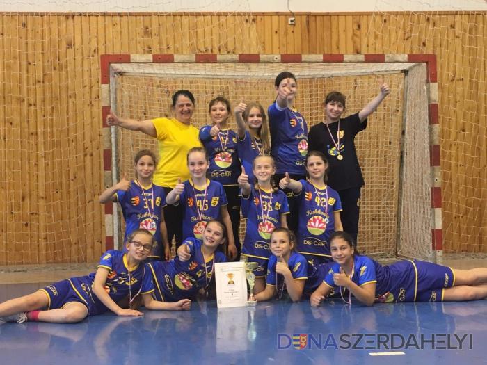 Az U10-es kézis lányok sikeres és mozgalmas szezont zártak