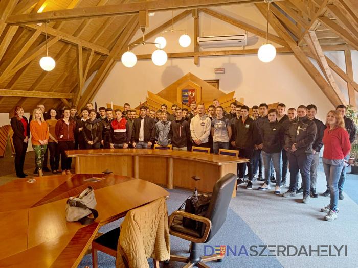Francia diákok a városi hivatalban
