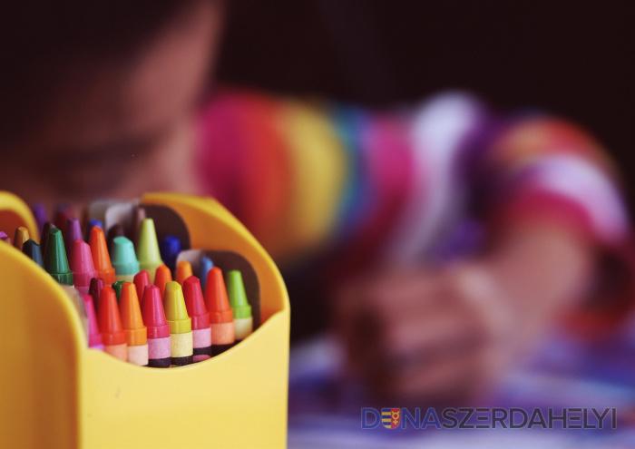 Az oktatásügyi minisztérium a pedagógusok fizetésén kívül mindenben takarékoskodást tervez
