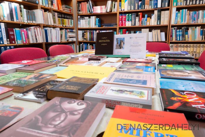 Július közepéig tekinthető meg Puss Sándor könyvkiállítása