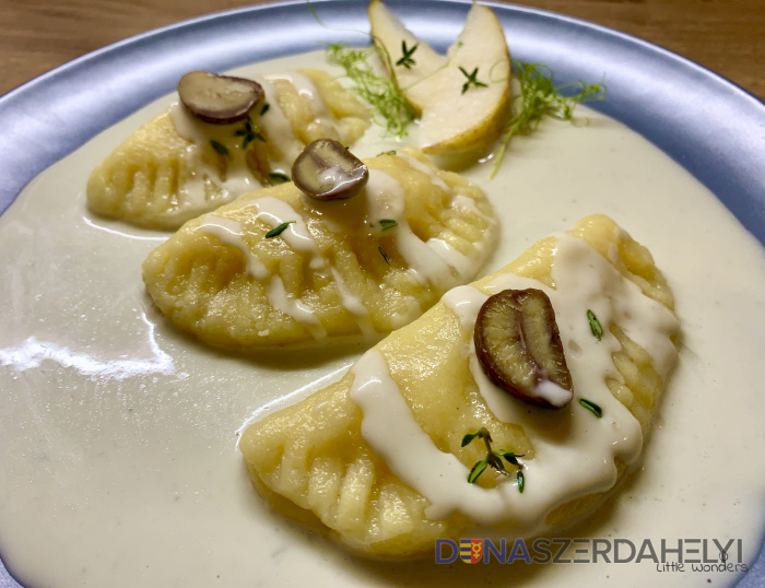 Körtével töltött nudlibatyuk gorgonzola mártásban, gesztenyével és friss kakukkfűvel