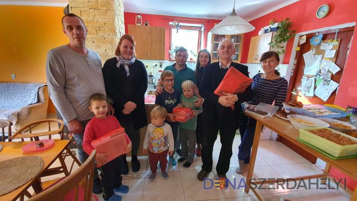 Magyar családok kaptak ajándékkönyveket