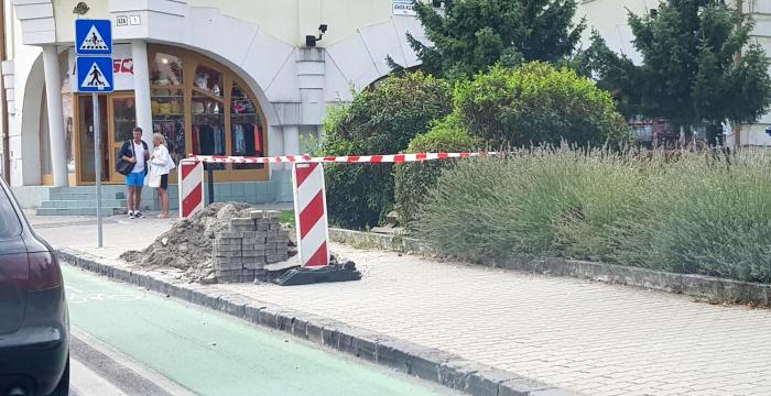 Zajlik a jelzőlámpás gyalogosátkelő kialakítása a Fő utcai postánál