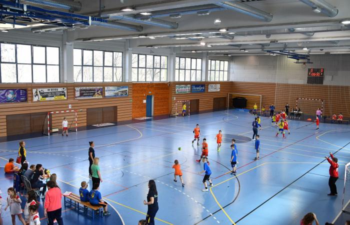 Fiatal kézilabdások versenyeznek a sportcsarnokban