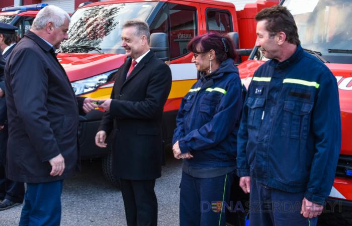 Új autóval gazdagodtak a sikabonyi önkéntes tűzoltók