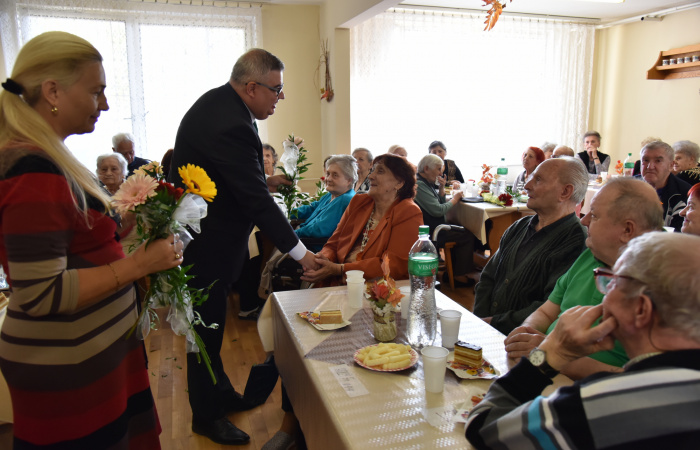 Az idősotthonok lakóit köszöntötték