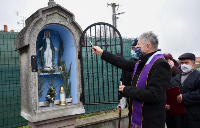 Megáldották a felújított Segítő Szűzanya szoborfülkét
