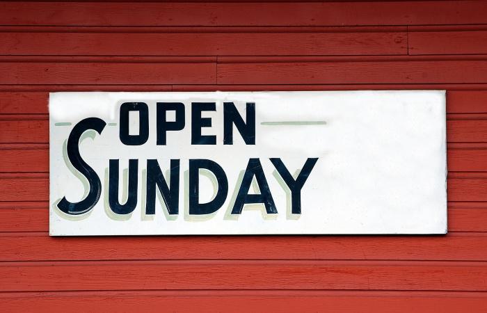 Változások! Kinyithatnak a boltok vasárnap