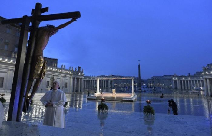 Rendkívüli áldást adott Ferenc pápa Róma városára és a Földkerekségre a világjárvány megszűnéséért
