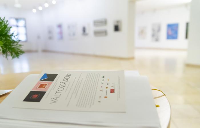 Hagyományos kiállítás, szokatlan megnyitóval