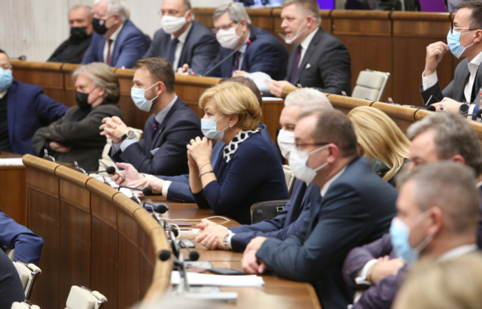 Kedden hagyhatja jóvá a parlament a veszélyhelyzet meghosszabbítását