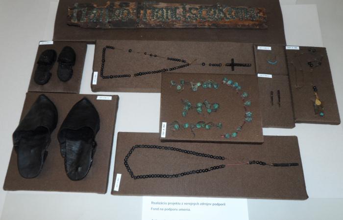 Rendkívüli régészeti tárgyak a dunaszerdahelyi Nagyboldogasszony oltalma alatt álló Szent György-templom családi kriptájából