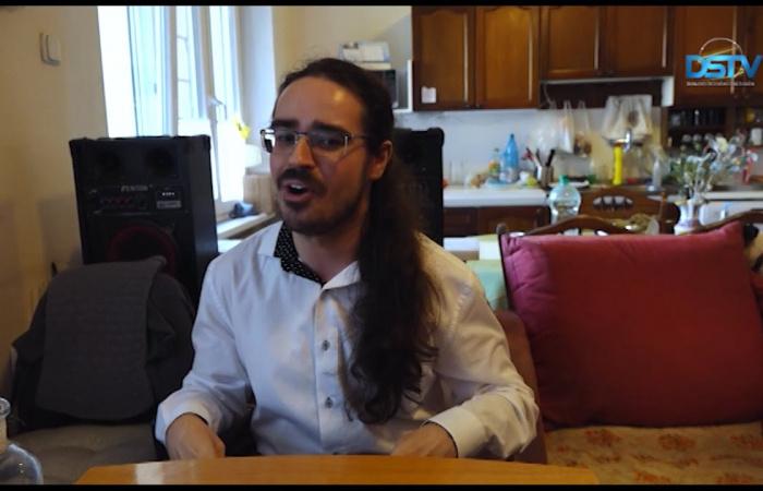 Embedded thumbnail for A mozgássérült fiatalember a CD-vel megmutatja, hogy milyen tehetséges