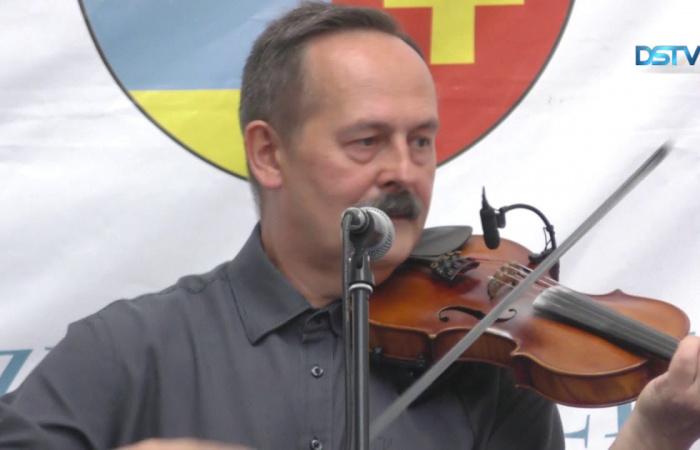 Embedded thumbnail for Udvari muzsika népzenei hangszereléssel