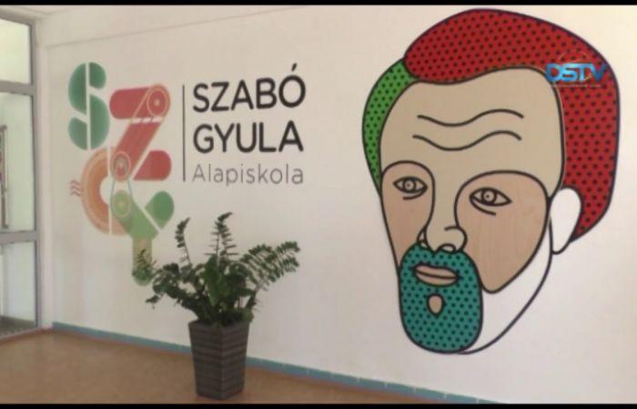 Embedded thumbnail for Folyosónévadó ünnepséget tartottak a Szabó Gyula Alapiskolában