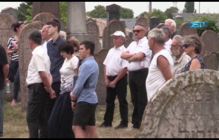 Embedded thumbnail for A résztvevők a zsidók koncentrációs táborba hurcolására emlékeztek
