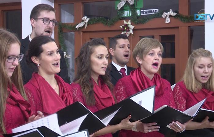 Embedded thumbnail for A kamarakórus karácsonyi hangulatot varázsolt a Vermes-villába
