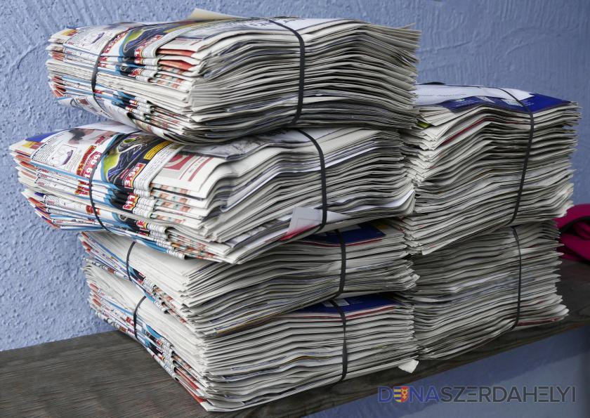 A szeparált papírhulladék elszállítása a családi házas övezetből