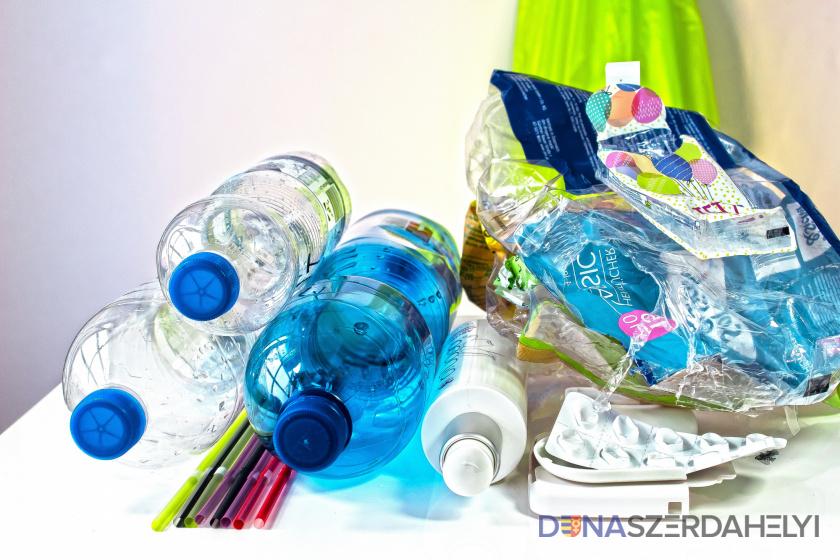 A szeparált műanyag hulladék elszállítása a családi házas övezetből