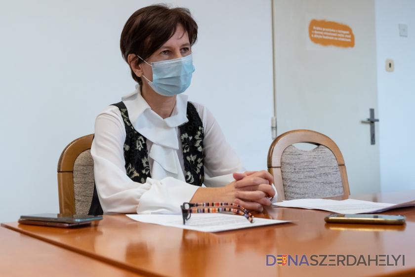 """Bock Sylvia kórházigazgató: """"Naponta nagyjából tíz embert engedünk haza, de a helyükbe ugyanannyian jönnek is"""""""