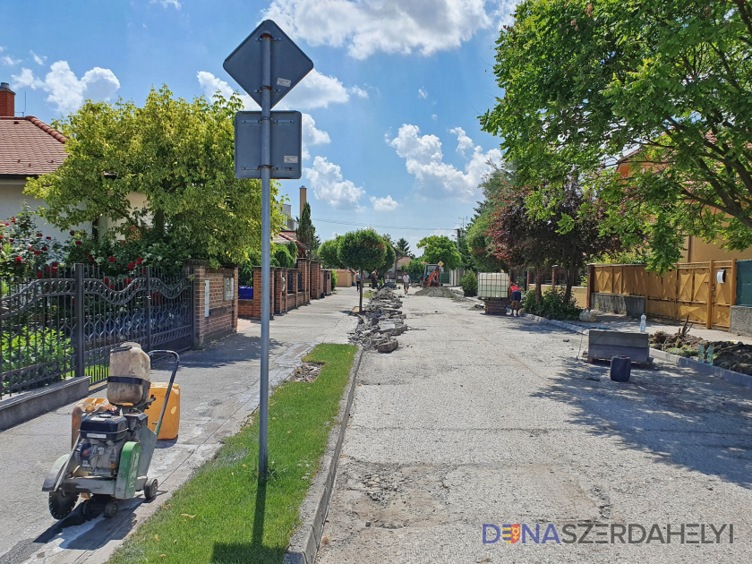 Több helyütt zajlik út- és járdafelújítás a városban
