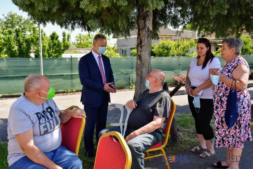 A mobiloltóponton, illetve otthonukban kapták meg többen ma az oltást Dunaszerdahelyen