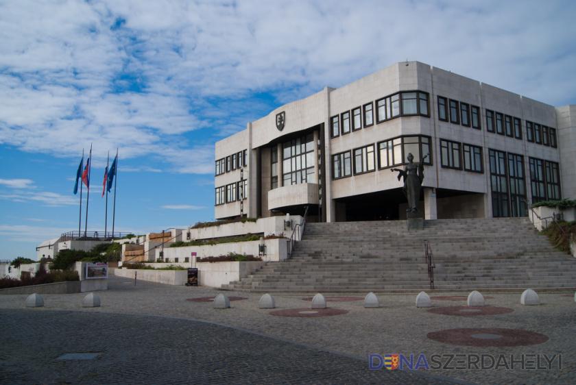 Megszavazta a parlament a veszélyhelyzet meghosszabbítását