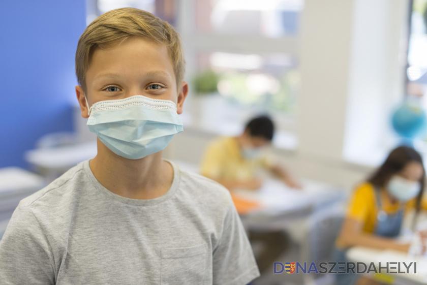 Az alapiskolás tanulóknak nem lesz kötelező a szájmaszk az osztályokban
